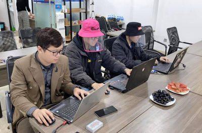 Nhân viên văn phòng sử dụng nón chống dịch virut