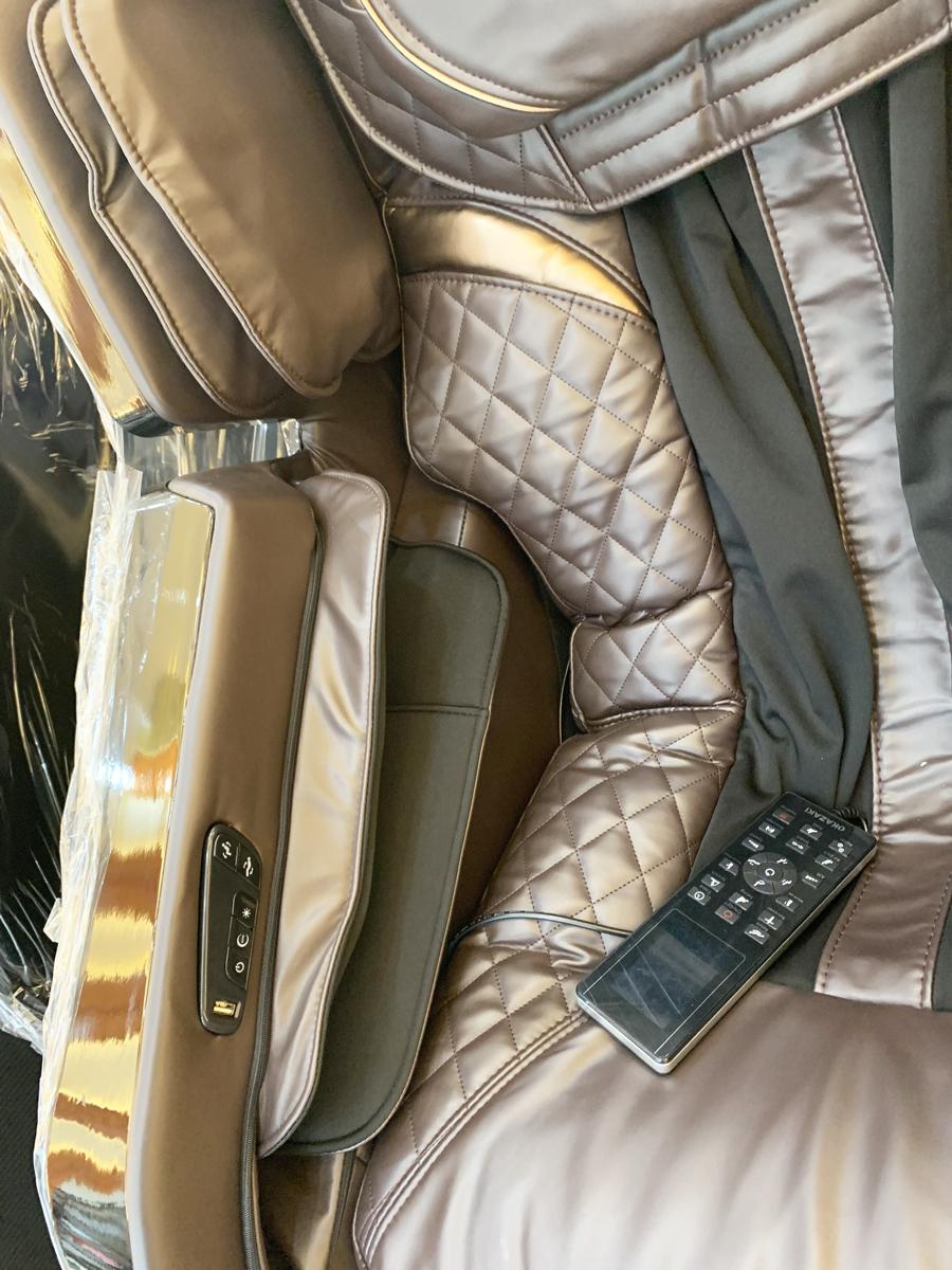 Vị trí điều khiển tích hợp trên thân Ghế massage toàn thân OS-500LX