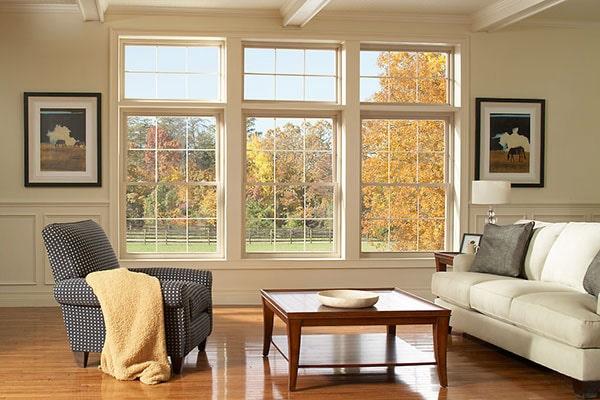 Nội thất phòng khách có cửa sổ